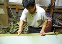 最新の機械と畳を知り尽くした職人の技術